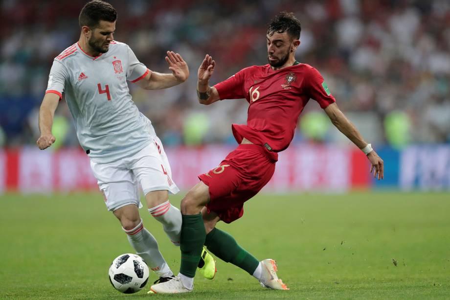 Nacho da Espanha disputa a posse de bola com Bruno Fernandes de Portugal - 15/06/2018