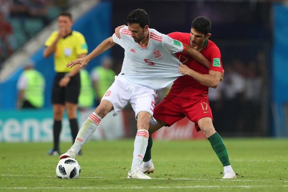 Sergio Busquets da Espanha disputa a bola com Gonçalo Guedes - 15/06/2018