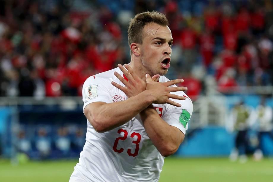 Xherdan Shaqiri comemora segundo gol em partida contra a Sérvia, fazendo símbolo de uma pomba, presente na bandeira da Albânia - 22/06/2018
