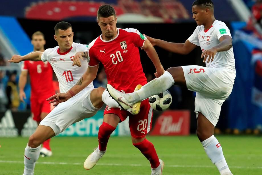 Sergej Milinkovic-Savic durante disputa de bola com Granit Xhaka e Manuel Akanji, da Suíça - 22/06/2018