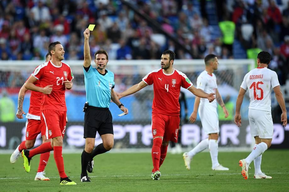 Nemanja Matic recebe cartão amarelo durante partida contra a Suíça - 22/06/2018
