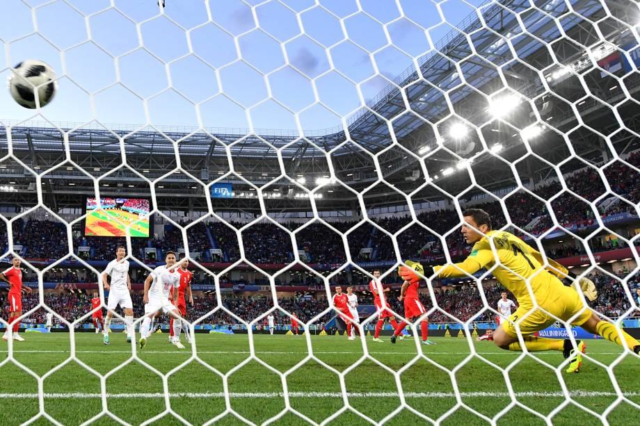 Granit Xhaka da Suíça marca seu primeiro gol em partida contra a Sérvia no estádio de Kaliningrado - 22/06/2018