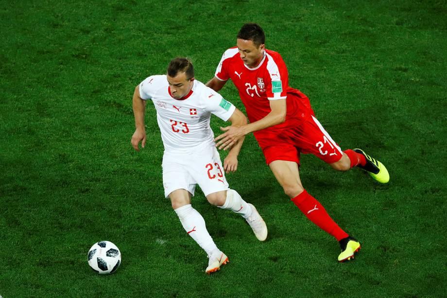 Xherdan Shaqiri da Suíça disputa a bola com Nemanja Matic da Sérvia - 22/06/2018