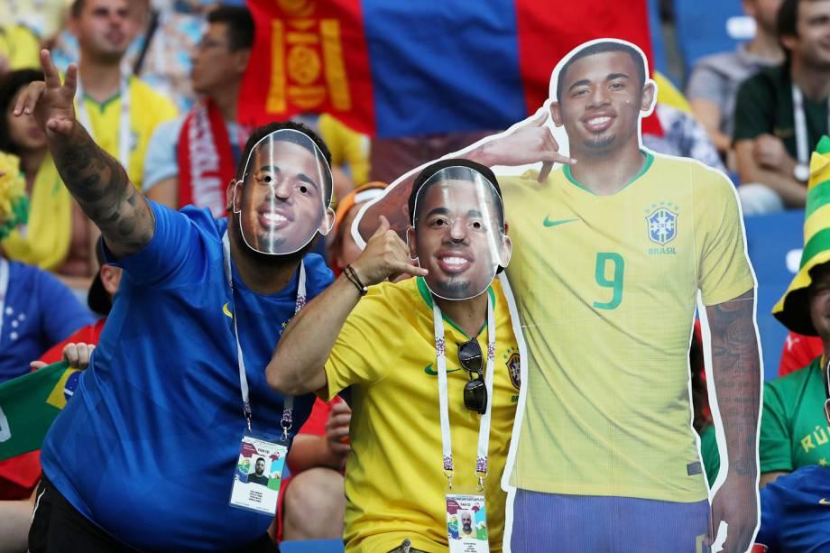 Torcedores brasileiros vestem máscara do Gabriel Jesus em primeira partida do Brasil pela Copa do Mundo - 17/06/2018