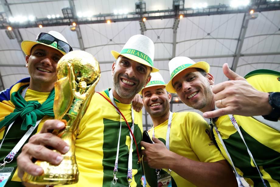 Torcedores brasileiros festejam enquanto aguardam partida contra a Suíça - 17/06/2018