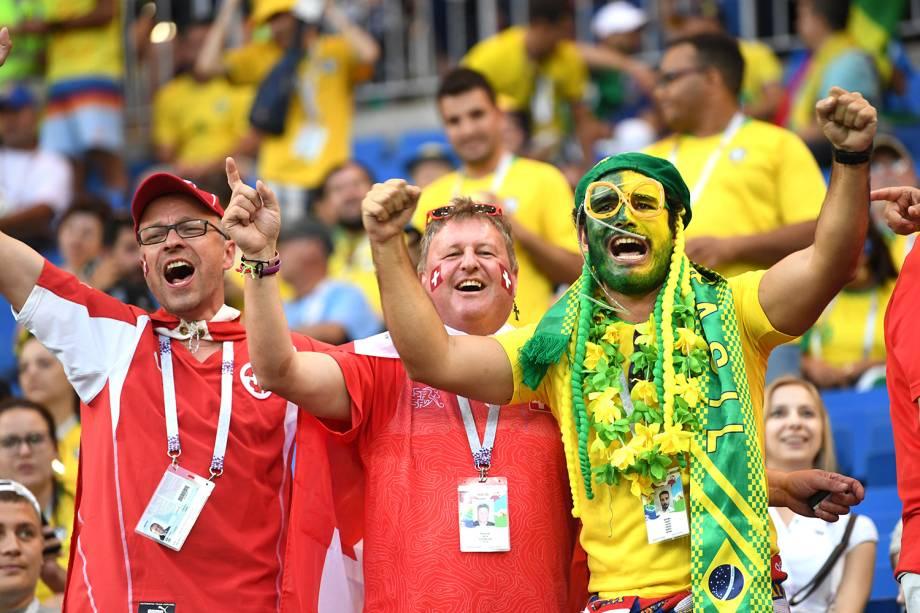 Torcedores do Brasil e Suíça festejam juntos em arquibancada da Arena Rostov - 17/06/2018