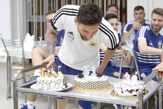 Messi comemora aniversário na concentração da Argentina