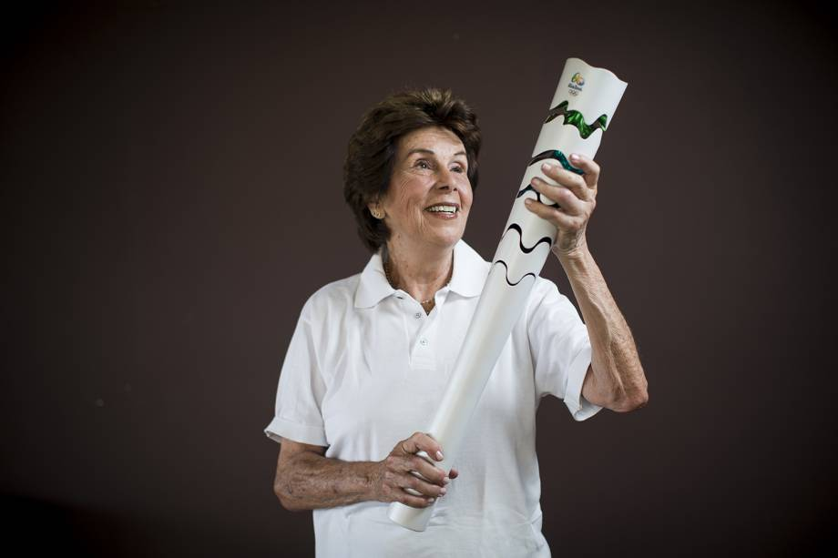 Maria Esther Bueno, ex-tenista brasileira, posa com a tocha olímpica