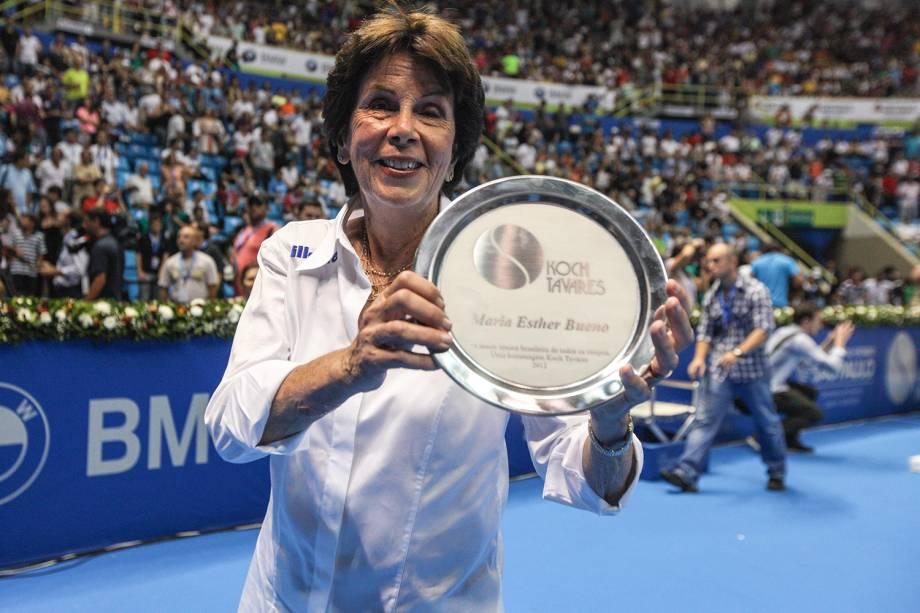 A tenista brasileira Maria Esther Bueno, é homenageada durante o Gillette Federer Tour no ginásio do Ibirapuera, em São Paulo