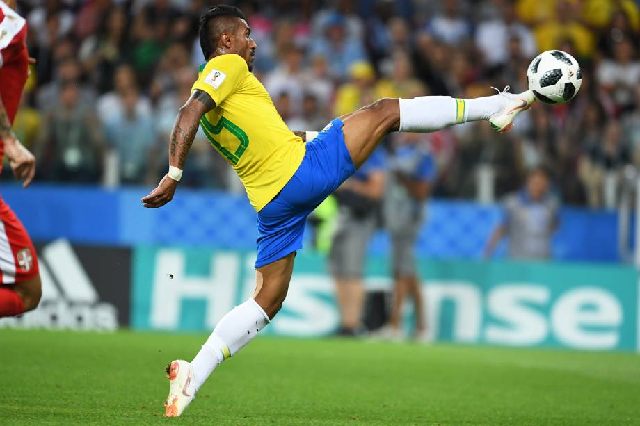 Paulinho estica perna para fazer gol durante partida entre Brasil e Sérvia, válida pela fase de grupos da Copa do Mundo- 27/06/2018