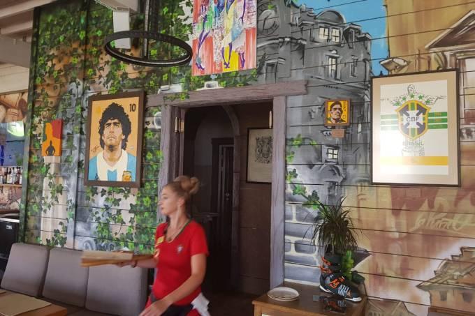 Restaurante La Punto, em Sochi, tem garçons com uniformes de seleções e quadros de futebol
