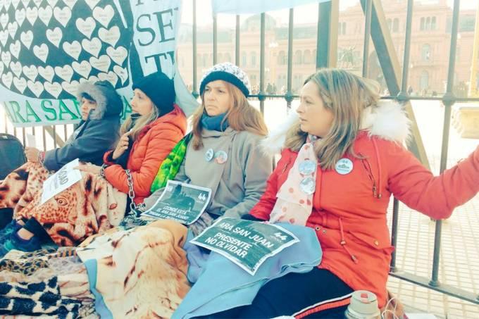 Mulheres acorrentadas na Plaza de Mayo