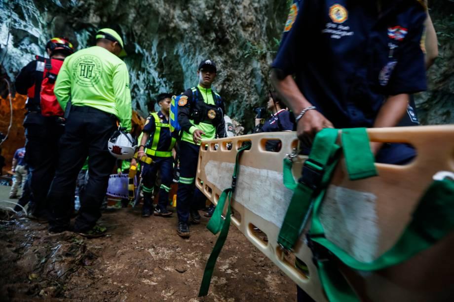 Equipes de resgate chegam à caverna Tham Luang na tentativa de encontrar os membros desaparecidos de uma equipe de futebol de crianças junto com seu treinador em Chiang Rai, na Tailândia - 25/06/2018
