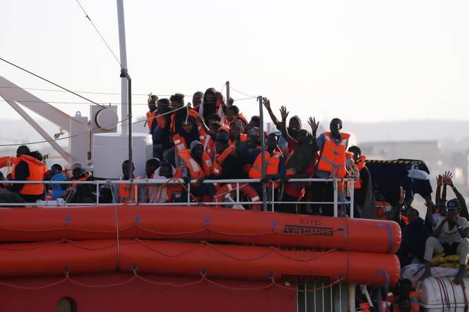 Navio da ONG Lifeline atraca em Malta com migrantes