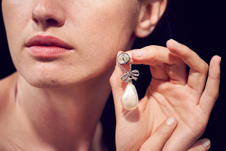 Modelo exibe pingente de diamante que pertenceu à Maria Antonieta, e está sendo leiloada pela casa de leilões Sotheby's - 12/06/2018