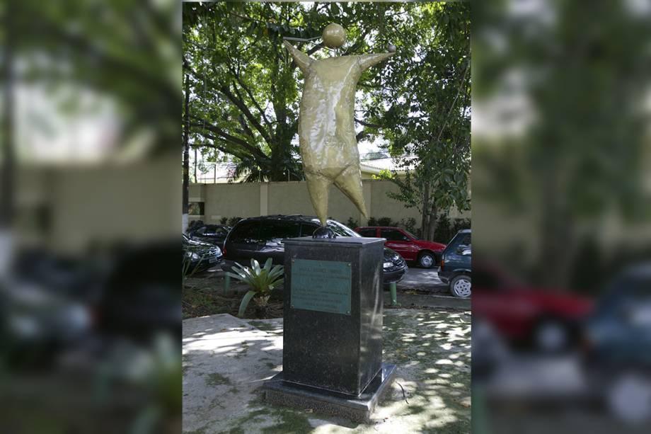 Escultura de Gustavo Rosa em homenagem à tenista Maria Esther Bueno, na Praça Califórnia, em São Paulo