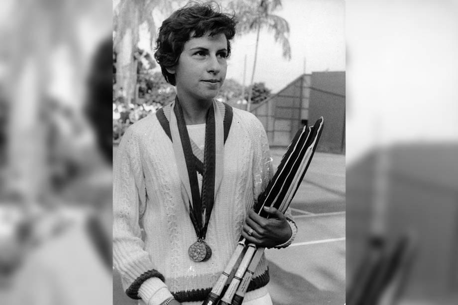 A tenista brasileira Maria Esther Bueno, com as três medalhas que conquistou nos Jogos Pan-Americanos em São Paulo - 1963