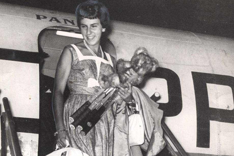A tenista Maria Esther Bueno retorna da Inglaterra, onde conquistou o título de Wimbledon - 1959