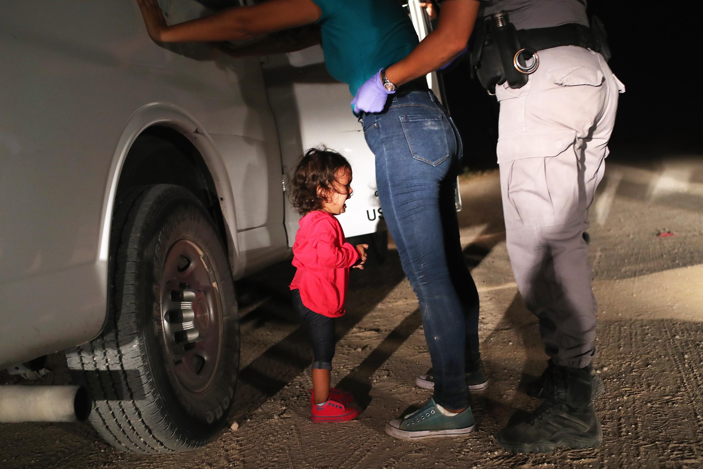 Garota hondurenha de 2 anos de idade chora após sua mãe ser detida na fronteira entre o México e os Estados Unidos, localizada em McAllen, Texas - 12/06/2018