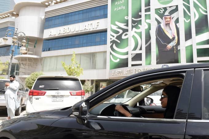 Mulheres sauditas conquistam direito de dirigir