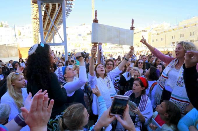 Mulheres fazem orações no Muro das Lamentações