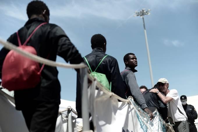 Imigrantes desembarcam em Valência na Espanha