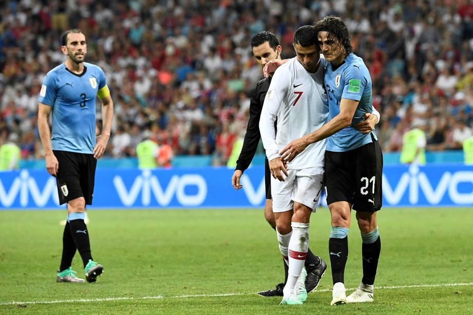 Cristiano Ronaldo ajuda Edinson Cavani a deixar o campo, após o atacante uruguaio ter sentido dores na panturrilha - 30/06/2018