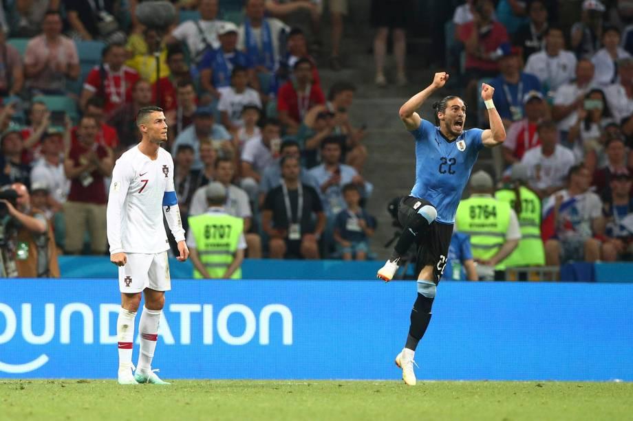 Cristiano Ronaldo, de Portugal, reage enquanto o uruguaio Martin Caceres, comemora a vitória na partida das oitavas de final da Copa do Mundo Rússia - 30/06/2018