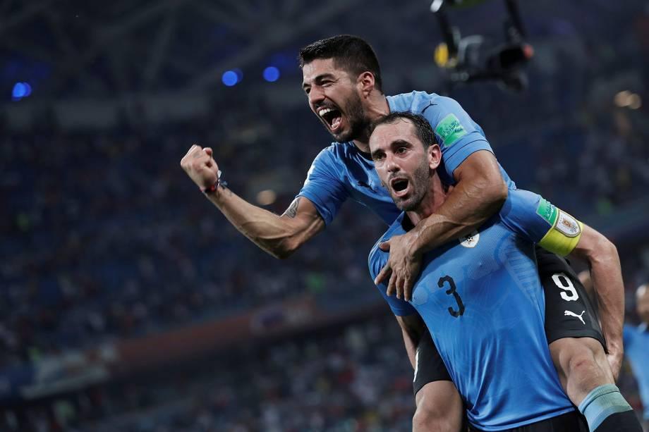 Diego Godin e Luis Suarez, do Uruguai, comemoram a vitória que desclassifica Portugal da Copa do Mundo Rússia - 30/06/2018