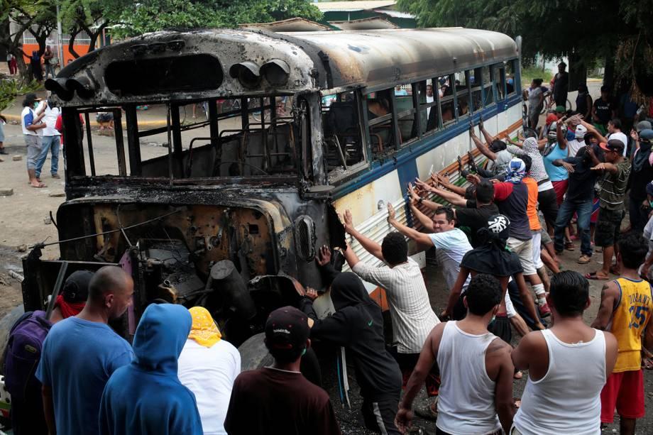 Manifestantes fazem barricada com ônibus incendiado em protesto ao Presidente Daniel Ortega em Tipitapa, Nicarágua - 14/06/2018