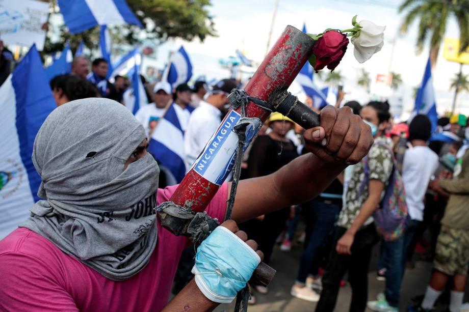 Manifestante posa com morteiro durante protesto contra o presidente da Nicarágua Daniel Ortega em Manágua - 30/05/2018