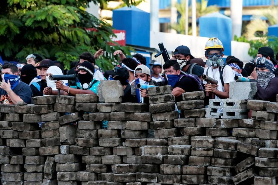 Manifestantes ficam atrás de barricada durante protesto contra o presidente da Nicarágua Daniel Ortega em Manágua - 30/05/2018