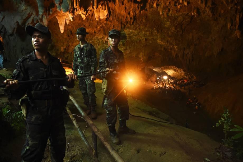 Soldados tailandeses conduzem o cabo elétrico para o interior da caverna de Tham Luang no parque nacional de Khun Nam Nang Non em Chiang Rai durante operação de salvamento de uma equipe de futebol infantil presa no local - 26/06/2018