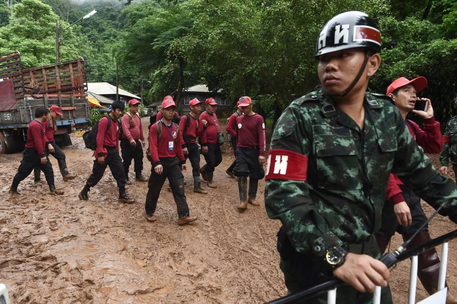 Equipes de resgate trabalham na busca de um time de futebol infantil e seu treinador na caverna de Tham Luang, na província de Chiang Rai, Tailândia - 29/06/2018