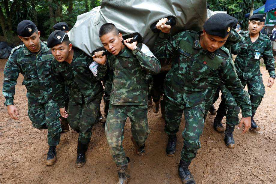 Soldados descarregam suprimentos no complexo de cavernas de Tham Luang, em busca de membros de um time de futebol sub-16 e seu treinador presos no local, na província de Chiang Rai, Tailândia - 29/06/2018
