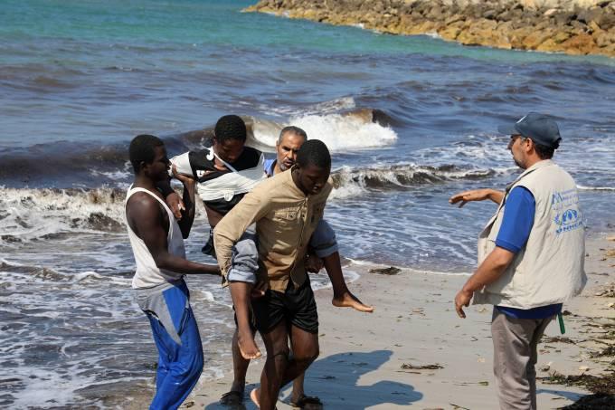 Imigrantes resgatados na costa da Líbia