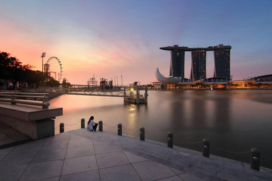 Pôr do sol na Baía dos barcos em Singapura