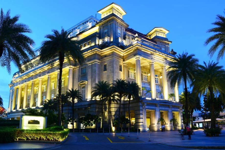 Vista noturna da fachada do Hotel Fullerton