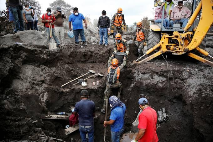 Soldados retiram restos humanos encontrados durante buscas em San Miguel Los Lotes