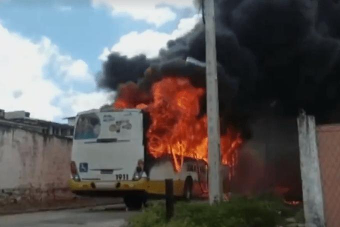 Ônibus é incendiado em Natal (RN)