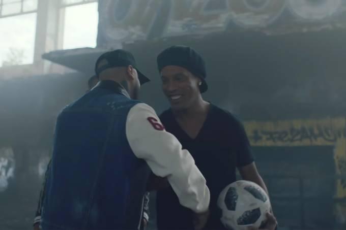 Ronaldinho Gaúcho faz aparição em clipe