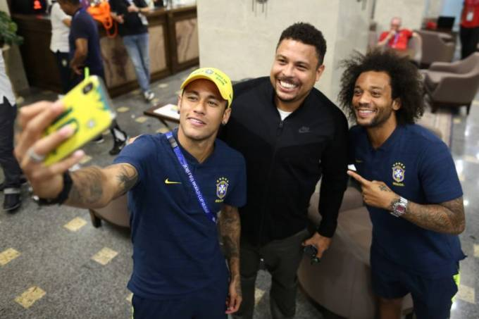 Neymar e Marcelo não resistiram a uma selfie com Ronaldo, em Rostov