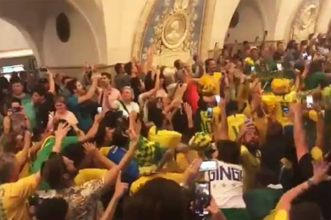 Brasileiros fazem festa em estação de metrô de Moscou