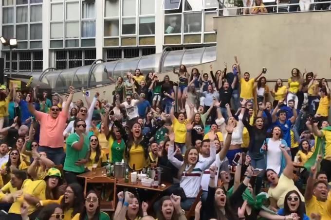 Torcedores brasileiros acompanham a partida entre Brasil versus Sérvia na Arena Renaissance, em São Paulo