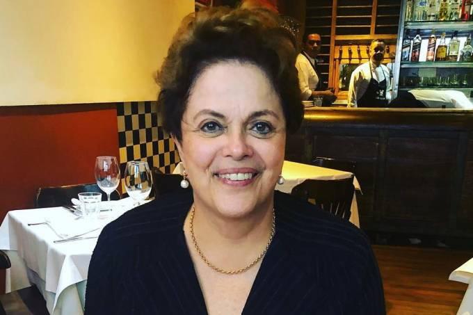 Dilma Rousseff recebe recado em prato de restaurante