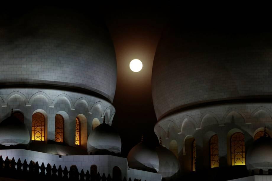 Eclipse lunar é visto na Mesquita do Sheikh Zayed, em Abu Dhabi, localizada nos Emirados Árabes Unidos - 27/07/2018