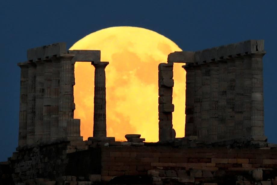 Eclipse lunar é vista atrás do Templo de Poseidon, em Atenas, Grécia - 27/07/2018