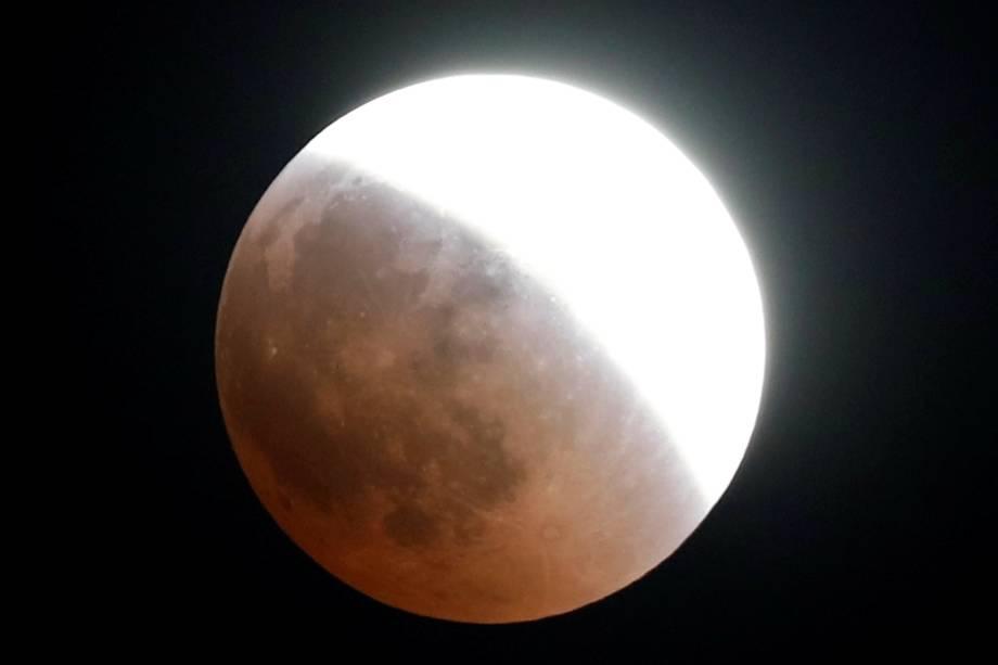 Eclipse lunar é visto sobre o céu de Cairo, capital do Egito - 27/07/2018