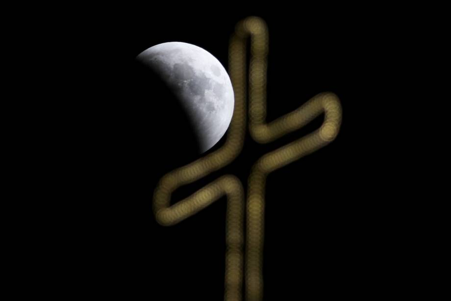 Eclipse lunar é vista sobre o céu de Jerusalém - 27/07/2018