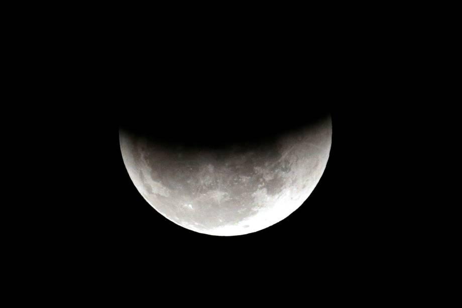 Eclipse lunar é vista sobre o céu de São Paulo (SP) - 27/07/2018